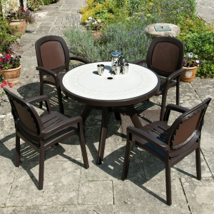 Toscana 100 table with Beta Chairs