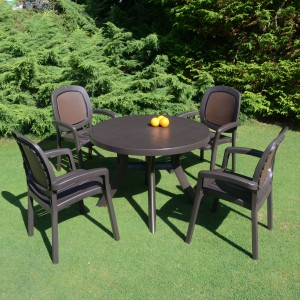 Toscana 100 plain coffee table with Beta chairs